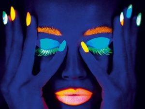 Il make up fluo che si illumina al buio