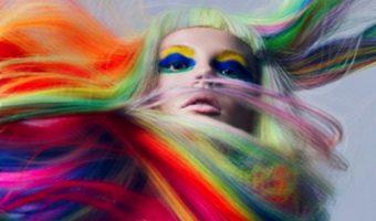 Dal trucco ai capelli: è colore dappertutto!